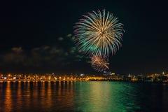 Πυροτέχνημα πέρα από τον ποταμό Voronezh κατά τη διάρκεια του εορτασμού του φεστιβάλ επετείου ημέρας νίκης Στοκ εικόνες με δικαίωμα ελεύθερης χρήσης