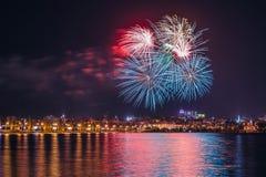 Πυροτέχνημα πέρα από τον ποταμό Voronezh κατά τη διάρκεια του εορτασμού του φεστιβάλ επετείου ημέρας νίκης Στοκ Φωτογραφία