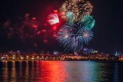 Πυροτέχνημα πέρα από τον ποταμό Voronezh κατά τη διάρκεια του εορτασμού του φεστιβάλ επετείου ημέρας νίκης Στοκ φωτογραφίες με δικαίωμα ελεύθερης χρήσης