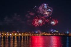 Πυροτέχνημα πέρα από τον ποταμό Voronezh κατά τη διάρκεια του εορτασμού του φεστιβάλ επετείου ημέρας νίκης Στοκ Εικόνες