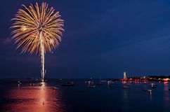 Πυροτέχνημα που εκρήγνυται πέρα από το λιμάνι Marblehead Στοκ Φωτογραφίες