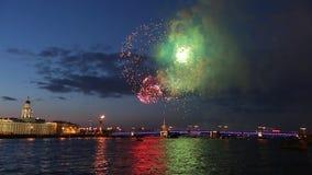 πυροτέχνημα Ραμφικές στήλες, γέφυρα παλατιών, Peter και φρούριο του Paul Άγιος-Πετρούπολη απόθεμα βίντεο