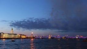 πυροτέχνημα Ραμφικές στήλες, γέφυρα παλατιών, Peter και φρούριο του Paul Άγιος-Πετρούπολη φιλμ μικρού μήκους