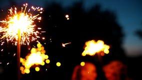 Πυροτέχνημα sparkler που καίει με τα φω'τα στο υπόβαθρο Lightening Χριστούγεννα sparkler απόθεμα βίντεο