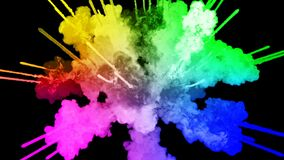 Πυροτεχνήματα από τα χρώματα που απομονώνονται στο μαύρο υπόβαθρο με τα συμπαθητικά ίχνη έκρηξη της χρωματισμένου σκόνης ή του με απεικόνιση αποθεμάτων