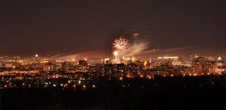 Πυροτεχνήματα επάνω από την πόλη στο χρόνο βραδιού Σερβία Novi Sad Στοκ φωτογραφία με δικαίωμα ελεύθερης χρήσης