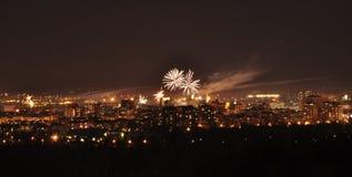 Πυροτεχνήματα επάνω από την πόλη στο χρόνο βραδιού Σερβία Novi Sad Στοκ Εικόνες