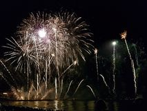 Πυροτεχνήματα επάνω από τη θάλασσα Στοκ εικόνα με δικαίωμα ελεύθερης χρήσης