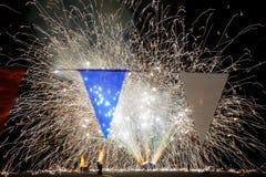 Πυροτεχνήματα επίγειων επιπέδων πίσω από τις κόκκινες άσπρες και μπλε σημαίες εμβλημάτων Στοκ Εικόνες