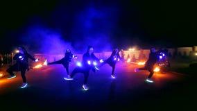 Πυροτεχνήματα Η πυρκαγιά εμφανίζει Τα αγόρια και τα κορίτσια χορεύουν στα παπούτσια που καίγονται στη νύχτα απόθεμα βίντεο