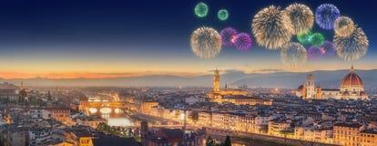 Πυροτεχνήματα κάτω από τον ποταμό και Ponte Vecchio Arno Στοκ Φωτογραφία