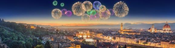 Πυροτεχνήματα κάτω από τον ποταμό και Ponte Vecchio Arno Στοκ εικόνα με δικαίωμα ελεύθερης χρήσης
