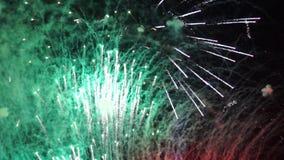 Πυροτεχνήματα και καπνώδη ίχνη στον ουρανό απόθεμα βίντεο