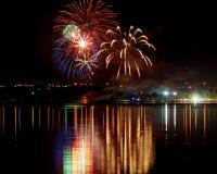Πυροτεχνήματα με την αντανάκλαση στο νερό Στοκ εικόνα με δικαίωμα ελεύθερης χρήσης
