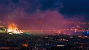 Πυροτεχνήματα πέρα από την πόλη της Αγία Πετρούπολης απόθεμα βίντεο