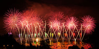 Πυροτεχνήματα πέρα από την πόλη του Annecy στη Γαλλία για τη λίμνη του Annecy Στοκ φωτογραφίες με δικαίωμα ελεύθερης χρήσης