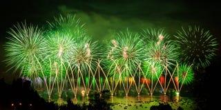 Πυροτεχνήματα πέρα από την πόλη του Annecy στη Γαλλία για τη λίμνη του Annecy Στοκ εικόνα με δικαίωμα ελεύθερης χρήσης