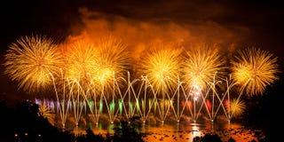 Πυροτεχνήματα πέρα από την πόλη του Annecy στη Γαλλία για τη λίμνη του Annecy Στοκ Φωτογραφίες
