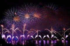 Πυροτεχνήματα πέρα από την πόλη του Annecy στη Γαλλία για τη λίμνη του Annecy Στοκ Εικόνες