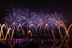 Πυροτεχνήματα πέρα από την πόλη του Annecy στη Γαλλία για τη λίμνη του Annecy Στοκ Φωτογραφία