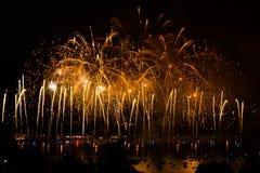Πυροτεχνήματα πέρα από την πόλη του Annecy στη Γαλλία για τη λίμνη του Annecy Στοκ εικόνες με δικαίωμα ελεύθερης χρήσης
