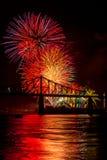 Πυροτεχνήματα πέρα από τη γέφυρα Στοκ Εικόνα