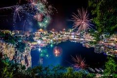 Πυροτεχνήματα πέρα από τη λίμνη Voulismeni στο Άγιο Νικόλαο, Κρήτη, Ελλάδα κατά τη διάρκεια του Πάσχας Στοκ Εικόνα
