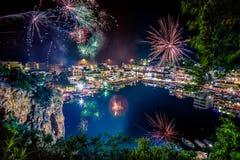 Πυροτεχνήματα πέρα από τη λίμνη Voulismeni στο Άγιο Νικόλαο, Κρήτη, Ελλάδα κατά τη διάρκεια του Πάσχας Στοκ Φωτογραφίες