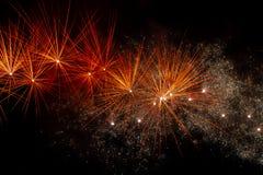 Πυροτεχνήματα πέρα από το μαύρο ουρανό στοκ φωτογραφίες