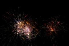 Πυροτεχνήματα πέρα από το μαύρο ουρανό στοκ φωτογραφία με δικαίωμα ελεύθερης χρήσης