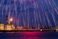 Πυροτεχνήματα πέρα από Neva Στοκ Εικόνες