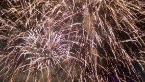 Πυροτεχνήματα που λάμπουν στο νυχτερινό ουρανό κίνηση αργή φιλμ μικρού μήκους