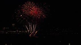 Πυροτεχνήματα που λάμπουν το βράδυ απόθεμα βίντεο