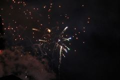 Πυροτεχνήματα που ανατινάζουν και που εκρήγνυνται τη νύχτα Στοκ εικόνες με δικαίωμα ελεύθερης χρήσης