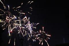 Πυροτεχνήματα που ανατινάζουν και που εκρήγνυνται τη νύχτα Στοκ Εικόνα