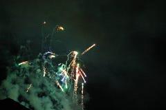 Πυροτεχνήματα που ανατινάζουν και που εκρήγνυνται τη νύχτα Στοκ Εικόνες