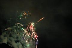 Πυροτεχνήματα που ανατινάζουν και που εκρήγνυνται τη νύχτα Στοκ φωτογραφίες με δικαίωμα ελεύθερης χρήσης