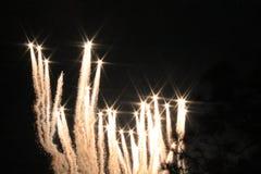 Πυροτεχνήματα που ανατινάζουν και που εκρήγνυνται τη νύχτα Στοκ εικόνα με δικαίωμα ελεύθερης χρήσης