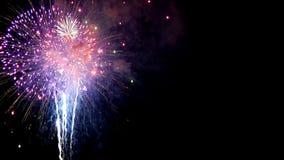 Πυροτεχνήματα ΠΟΥ ΑΦΗΝΟΝΤΑΙ απόθεμα βίντεο