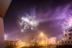 Πυροτεχνήματα που βάζουν φωτιά στη νέα παραμονή έτους ` s Στοκ Εικόνες