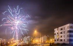 Πυροτεχνήματα που βάζουν φωτιά στη νέα παραμονή έτους ` s Στοκ Εικόνα