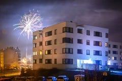 Πυροτεχνήματα που βάζουν φωτιά στη νέα παραμονή έτους ` s Στοκ Φωτογραφία