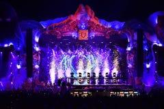 Πυροτεχνήματα που βάζουν φωτιά στο μέτωπο του πλήθους σε μια ζωντανή συναυλία Στοκ Εικόνα