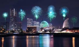 Πυροτεχνήματα που γιορτάζουν πέρα από τον κόλπο μαρινών στην πόλη Yokohama Στοκ Εικόνα