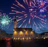 Πυροτεχνήματα που γιορτάζουν πέρα από το τετράγωνο Δημαρχείων Ταλίν Εσθονία Στοκ εικόνες με δικαίωμα ελεύθερης χρήσης
