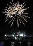 Πυροτεχνήματα που εκρήγνυνται άσπρα πέρα από τον ορίζοντα του Κινκινάτι Στοκ Φωτογραφία