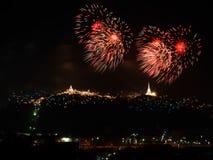 Πυροτεχνήματα που επιδεικνύουν πέρα από το βουνό Ζωηρόχρωμο φεστιβάλ πυροτεχνημάτων Στοκ Εικόνες