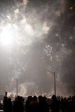 Πυροτεχνήματα προσοχής ομάδας ανθρώπων Στοκ Φωτογραφία