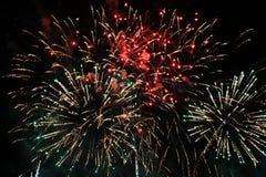 Πυροτεχνήματα Πυροτέχνημα Θεϊκό υπόβαθρο Ζωηρόχρωμο κύμα των φωτεινών κόκκινων, πράσινων και μπλε φω'των σπινθηρίσματος στο νυχτε στοκ εικόνα με δικαίωμα ελεύθερης χρήσης