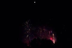 Πυροτεχνήματα σε μια ζωηρόχρωμη καπνώή ελαφριά ομίχλη κάτω από μια φωτεινή πανσέληνο στοκ φωτογραφία με δικαίωμα ελεύθερης χρήσης